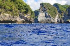 Mar azul incomum fora das ilhas rochosas Fotografia de Stock Royalty Free