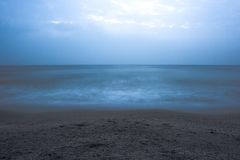mar azul na noite fotografia de stock royalty free