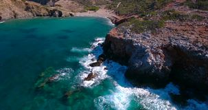 Mar azul, ondas adaptación acantilados en la orilla almacen de metraje de vídeo
