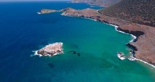Mar azul, ondas adaptación acantilados en la orilla almacen de video