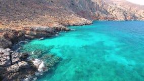 Mar azul, ondas adaptación acantilados en la orilla metrajes