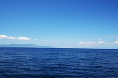 Mar azul perfeito Fotografia de Stock Royalty Free