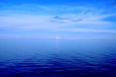Mar azul profundo fotos de stock