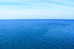 Mar azul profundo com céu claro fotografia de stock royalty free