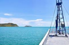 Mar azul profundo con el cielo en Tailandia Imagen de archivo