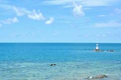 Mar azul profundo con el cielo en Tailandia Fotos de archivo libres de regalías
