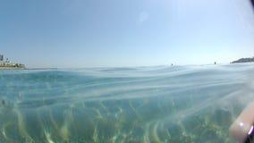 Mar azul que se zambulle de las ondas superficiales del mar mediteranean metrajes