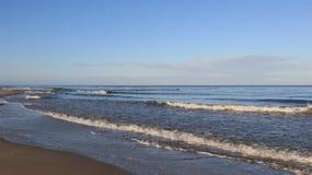 Mar azul Seacoast Báltico com onda pequena imagens de stock