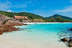 Mar azul tropical com pedra imagem de stock royalty free
