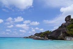 Mar azul y cielo agradable Fotos de archivo