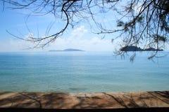 Mar azul y cielo azul Imágenes de archivo libres de regalías