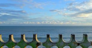 Mar azul y cielo azul Imagen de archivo libre de regalías