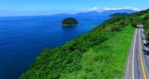 Mar azul y paisajes maravillosos Mar del DOS Reis de Angra, estado de Rio de Janeiro del Brasil Mar y camino maravillosos metrajes