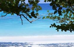 Mar azul y playa preciosa Imagen de archivo