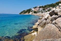 Mar azul y playa rocosa en Croatia Fotos de archivo libres de regalías
