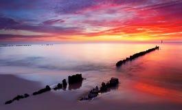 Mar Báltico en la salida del sol hermosa en la playa de Polonia. Fotografía de archivo libre de regalías