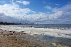 Mar Báltico helado en la costa de Tallinn durante invierno, Estonia fotografía de archivo