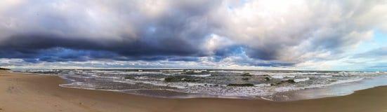 Mar Báltico sob o panorama do céu da nuvem Imagens de Stock