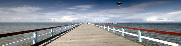 Mar Báltico y puente del panorama fotografía de archivo