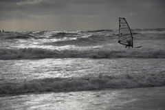 Mar backlit Dramatitic do surfista do vento Fotos de Stock Royalty Free