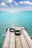 Mar balear de la turquesa de madera del embarcadero de la playa de Formentera Foto de archivo libre de regalías
