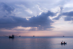 Mar, barco, crepúsculo Foto de archivo