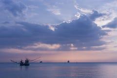 Mar, barco, crepúsculo Fotografía de archivo