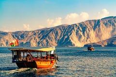 Mar, barcos de prazer, costas rochosas nos fiordes do Golfo de Omã fotografia de stock