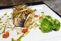 Mar Bass Fish, tomate y bróculi - comida de la dieta Imagen de archivo