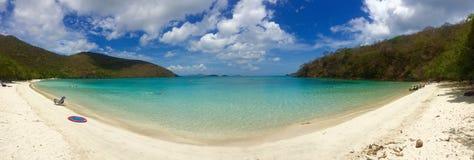 Mar blanco de desatención del trullo de la arena del panorama tropical de la playa Fotos de archivo libres de regalías