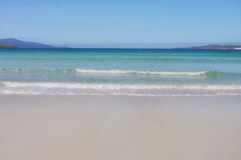 Mar blanco de la playa y de la turquesa de la arena Fotos de archivo