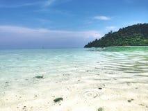 Mar bonito, céu azul e areia branca Foto de Stock