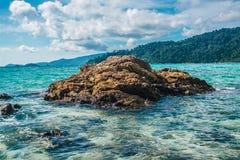 Mar bonito das rochas na claro na ilha de Lipe em Tailândia Imagens de Stock
