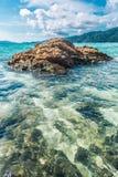 Mar bonito das rochas na claro na ilha de Lipe em Tailândia Imagem de Stock
