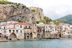 Mar bonito de Cefalu, pouca cidade no mar em Sicília, Itália imagens de stock royalty free