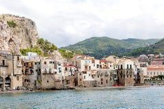 Mar bonito de Cefalu, pouca cidade no mar em Sicília, Itália fotografia de stock