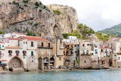 Mar bonito de Cefalu, pouca cidade no mar em Sicília, Itália fotografia de stock royalty free