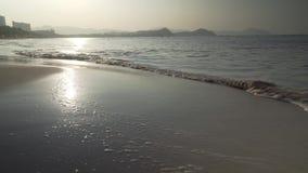 Mar bonito do Sul da China na praia de Dadonghai na ilha de turista de Hainan no estoque do lapso de tempo do amanhecer vídeos de arquivo
