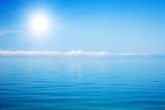 Mar bonito e céu nebuloso com sol Imagens de Stock