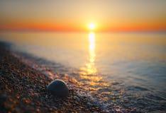 Mar borroso del verano en el amanecer Imagenes de archivo