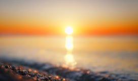 Mar borroso del verano en el amanecer Fotografía de archivo