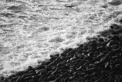 Mar branco, costa preta Imagens de Stock