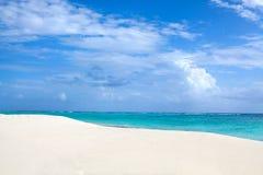 Mar branco da praia e da turquesa da areia no céu azul com fundo branco das nuvens imagens de stock royalty free