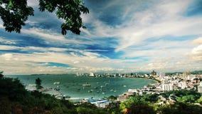 Mar, céu e cidade Imagens de Stock Royalty Free