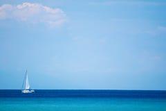Mar, céu e iate Fotografia de Stock Royalty Free