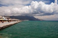 Mar, céu e montes Fotografia de Stock Royalty Free