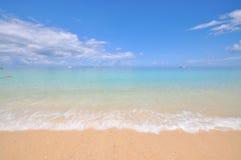 Mar calmo azul com areia branca Fotografia de Stock Royalty Free