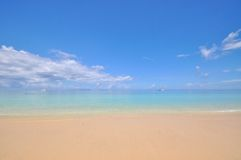 Mar calmo azul com areia branca Fotos de Stock Royalty Free