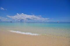 Mar calmo azul com areia branca Fotos de Stock