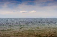 Mar calmo com céu nebuloso e ilhas Imagem de Stock Royalty Free